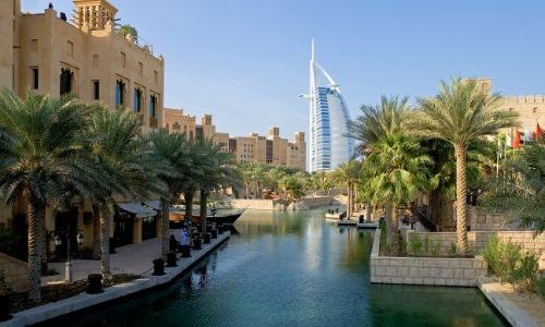 Vieu quartier de Dubaï et un des hotels 7 étoiles en fond