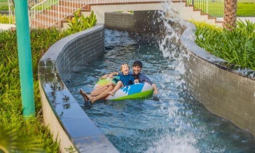 Un père et son fils dans une bouée du parc aquatique d'Agen