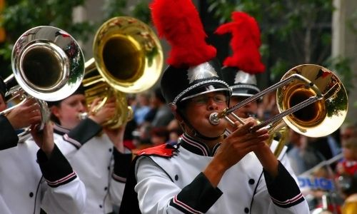 Une fanfare de trompettiste défile dans les rues de Condom pour la fête européenne des bandas