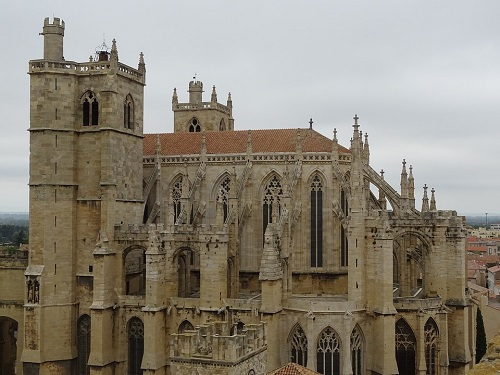La cathédrale Saint-Just-Saint-Pasteur de Narbonne prise de côté