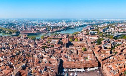 Vue semi-aérienne et panoramique du centre-ville de Toulouse