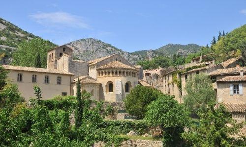 L'église de Guilhem le Désert dans les gorges de l'Hérault