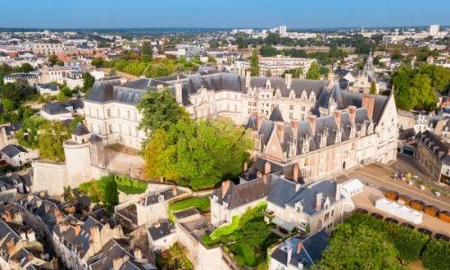 Une vue semi aérienne du château de Blois trônant sur sa colline