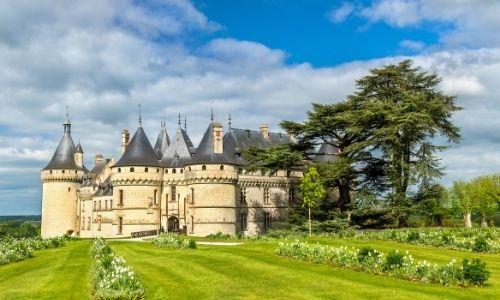 Le château de Chaumont-sur-Loire dans son jardin botanique. Ses tours médiévales décorent le paysage