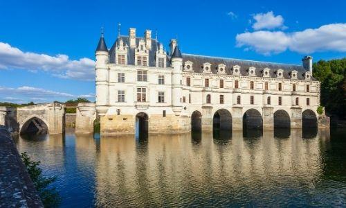 La façade du château de Chenonceau est à cheval sur la rivière du Cher