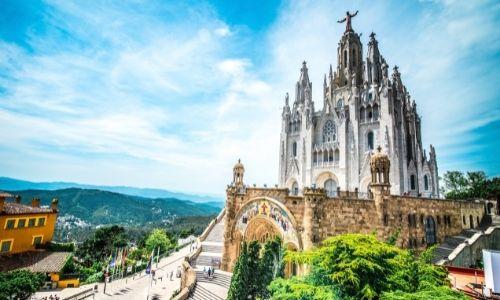 Le mont Tibidabo de Barcelone avec la cathédrale Sacré-Coeur et le Christ qui domine les lieux