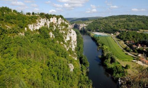 Vue aérienne sur le Lot dans la région du Quercy, on peut y voir des vignobles sur la rive droite
