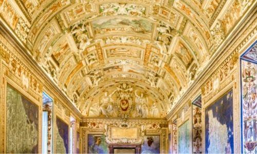 La voute peinte du Musée du Vatican proche de Rome