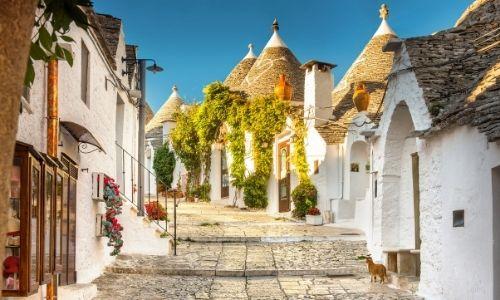 Le village d'Alberobello et ses trulli blanches aux toits de chaux