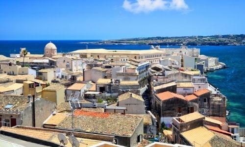 Les berges de la ville de Syracuse en Sicile, la mer et bleu tout comme le ciel rayonne
