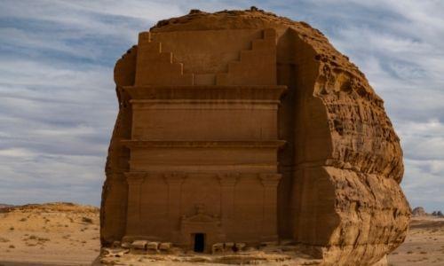 La façade d'un temple taillé dans la roche au site d'Hegra