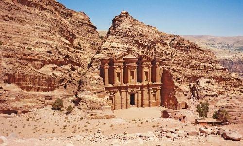 Le temple de Deir à Pétra taillé à flanc de falaise