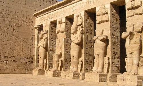 Le temple de Ramses III à côté de Louxor en Egypte