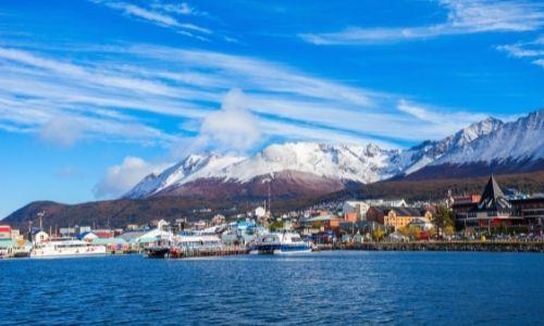 Le port de la ville d'Ushuaia en Argentine, les montagnes sont enneigés
