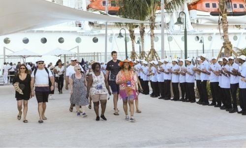 Le personnel de bord accueille les passagers pour leurs débarquement