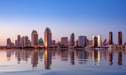 La ville de San Diego vue depuis l'océan Pacifique, les grattes ciels sont nombreux