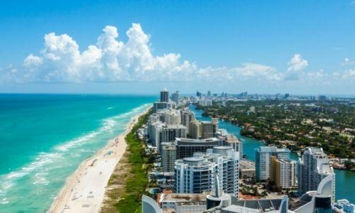 Les berges de la ville de Miami et ses appartements