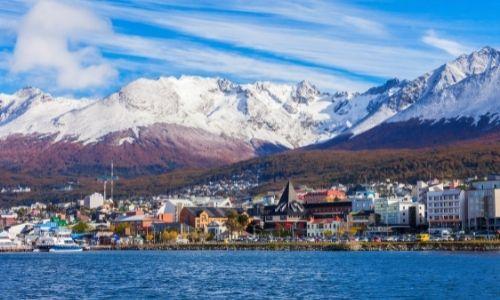La ville et le port d'Ushuaia entouré par des montagnes enneigées