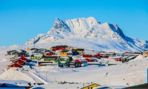 Le village Ittoqqortoormiit au Groenland et ses maisons multicolores