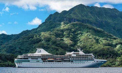 Le Paul Gauguin navigue en Polynésie, une superbe île tropical en fond