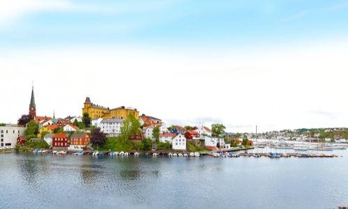La ville portuaire d'Arendal avec ses bâtiments colorés et son église en fond