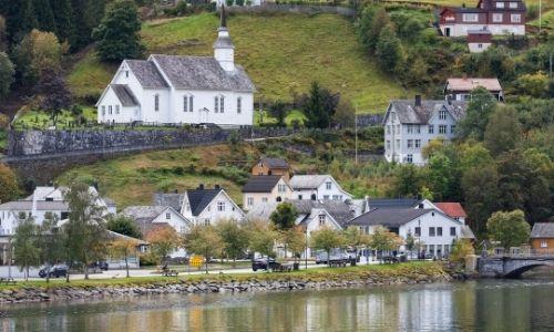 L'église blanche du village d'Hellesylt dans les fjords