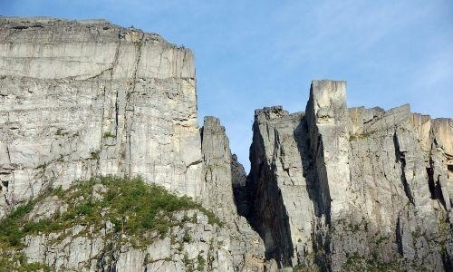 Le Preikestolen au sommet des falaises rocheuses