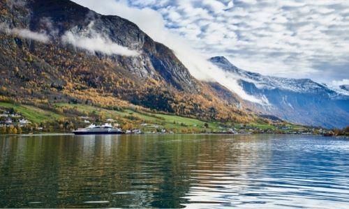 Le village d'Olden et le Jacques Cartier navigant sur le fjord