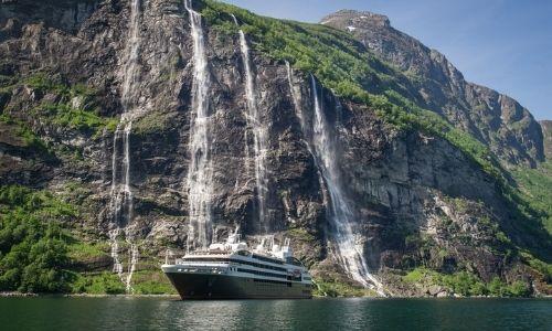 La cascade de Sju Søstre et le Jacques Cartier devant