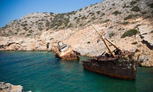 L'épave de la plage d'Agia Anna à Amorgos entourée d'une crique escarpée