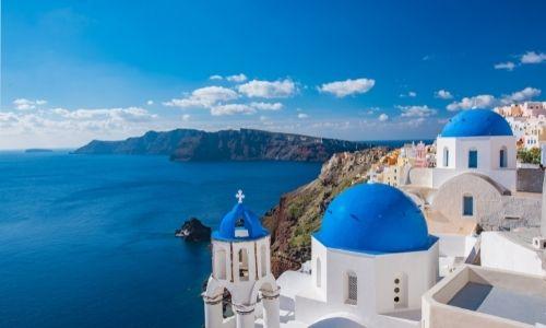 La Caldeira de Santorini vue de la ville blanche aux toits bleus