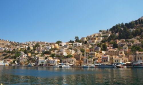 Village côtier de pêcheurs de Galios à Symi, des barques et des maisons colorées