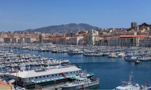 Le Vieux-Port de Marseille, des bateaux de plaisance y sont amarrés
