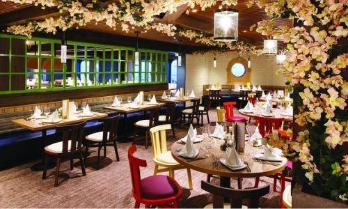 Un restaurant moderne du bateau Smeralda de Costa croisière