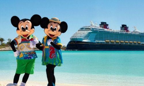 Mickey et Minnie à quai, avec au fond un bateau Disney Cruise Line