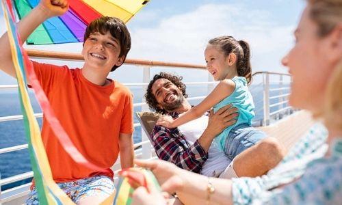 Famille qui profite du soleil sur le pont supérieur d'un bateau
