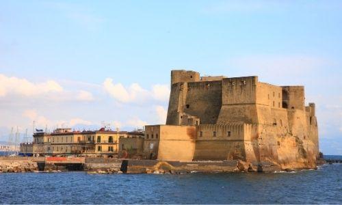 Le Castel Dell'Ovo à Naples, isolé au milieu de l'eau dans le port de la ville