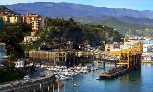 Le port de Savone en Italie baigné sous dans la lumière du soleil d'été