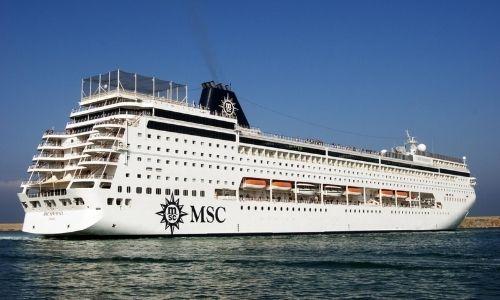 Le MSC Sinfonia quitte un port pour naviguer