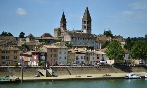 Les berges de la ville de Tournus et son église